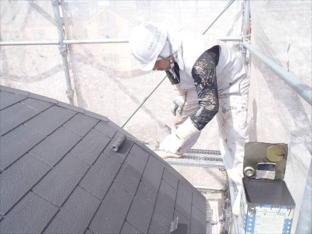 仕上げの上塗りです。中塗り・上塗りには遮熱塗料の「クールタイトSi」を使用しています。