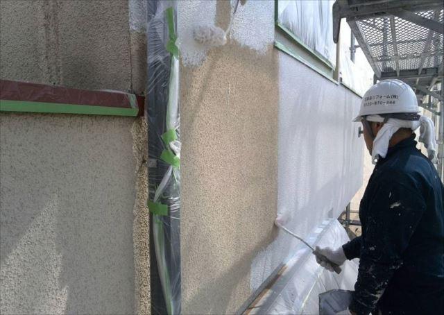外壁の下塗りです。軽微なクラックを埋めてくれる微弾性フィラーを使用しています。