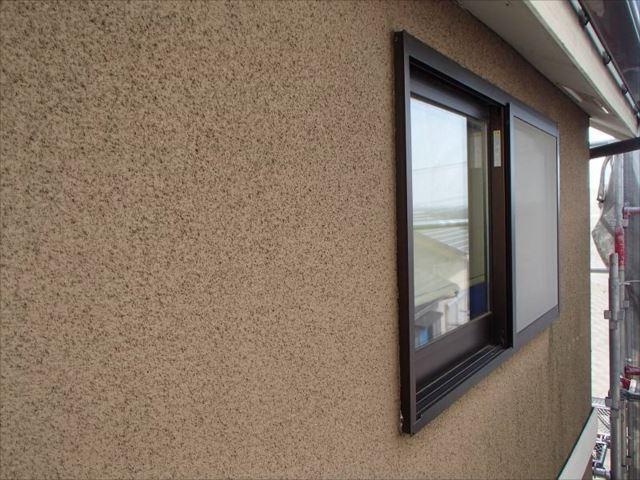 西日がキツイため窓に目隠しを設置する事になりました。