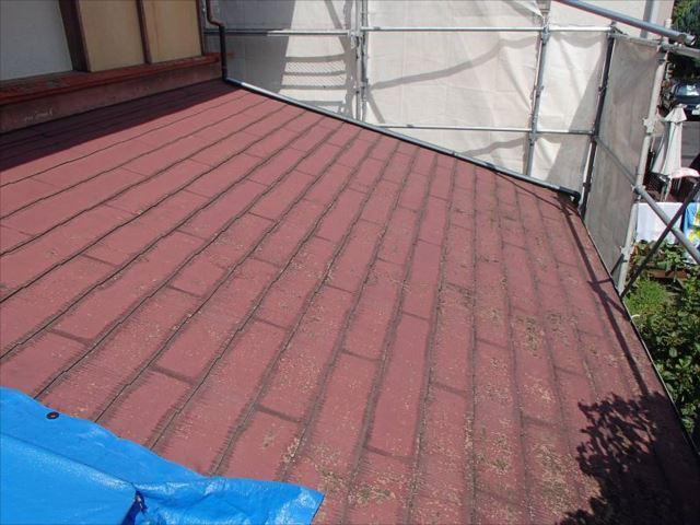 施工前の下屋根。大屋根は瓦屋根ですので塗装を行いませんが、下屋根はこちらのスレート屋根とトタンの瓦棒葺き屋根があります。