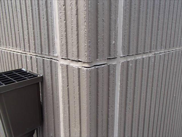 外壁の出隅部分です。横目地のシールが切れ掛かっています。