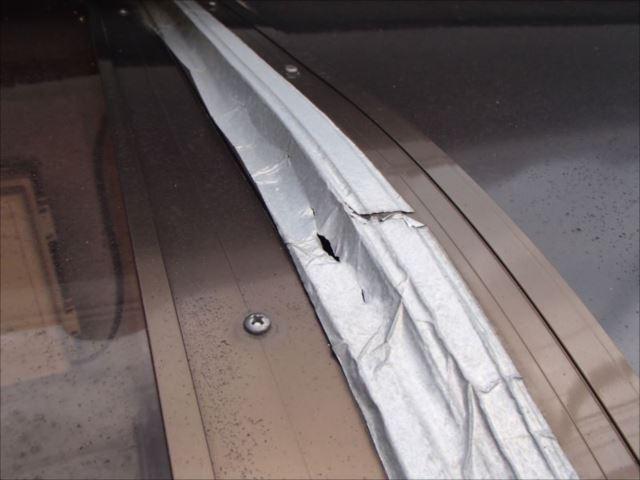 接続部には段差が生じ、アルミテープには穴が開いています。