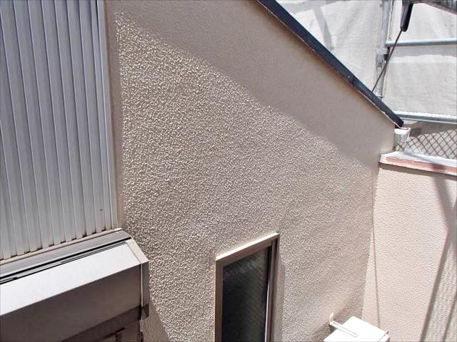 コケとクラックだらけだった外壁も弾性塗料のおかげで美しい仕上がりとなりました。