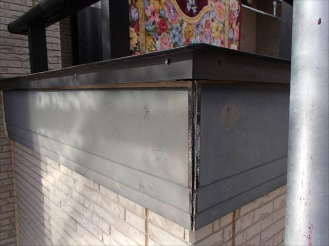 バルコニー外壁の幕板は出隅の突き合わせ部がパックリと開いています。