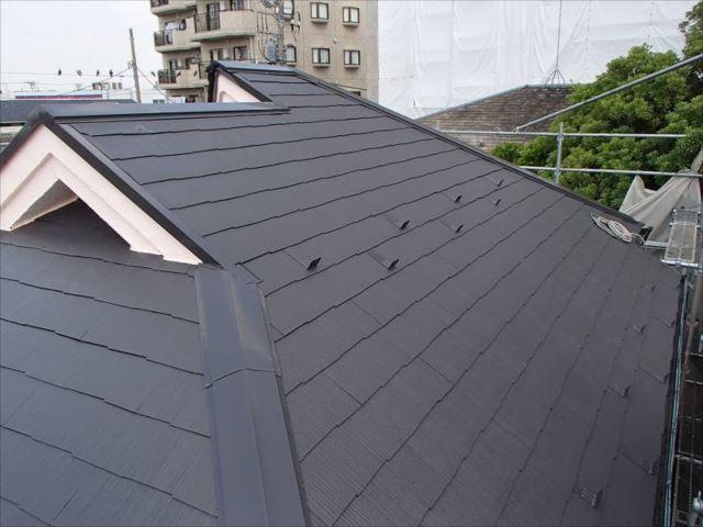 施工後の屋根です。コケで赤くなっていましたが遮熱塗料で美しく塗装されました。