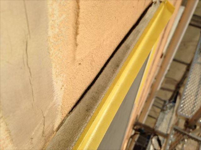 窓枠の上部にはパックリと開いた隙間が!これでは雨水が入り放題です。