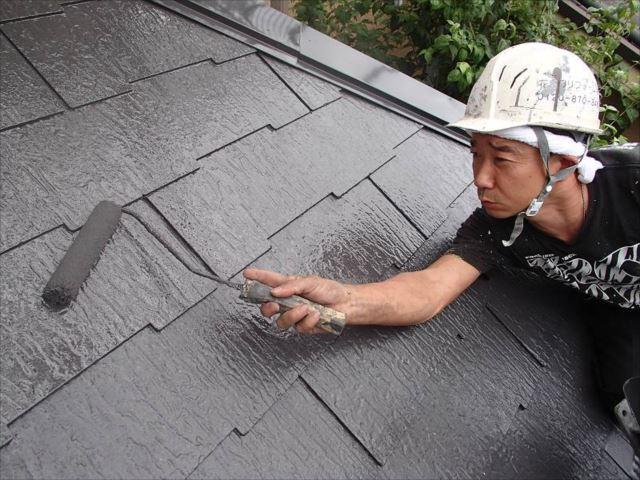 下塗りの後は遮熱塗料で中塗り・上塗りを行います。
