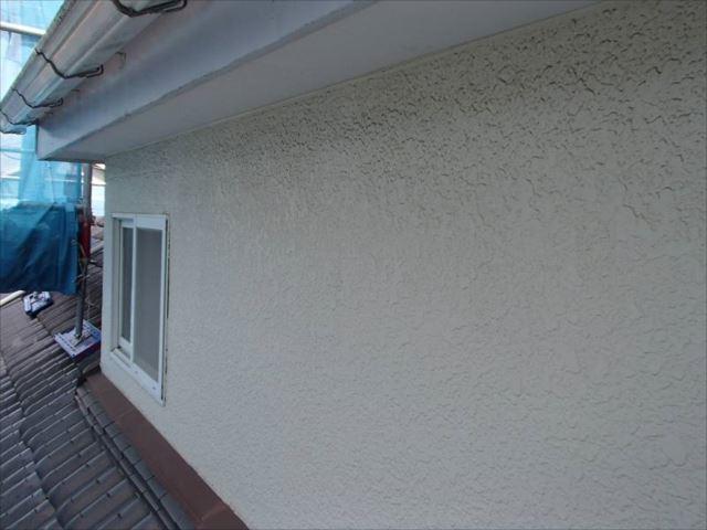 外壁には汚れが付着し、全体がくすんで見えます。