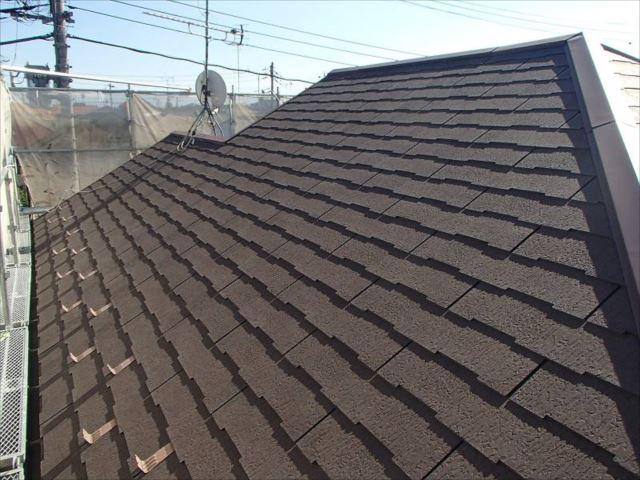 施工前の屋根です。ところどころにスレートのヒビ割れが有りました。