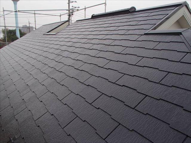 施工前の屋根です。「セピアブラウン」という色で塗っています。
