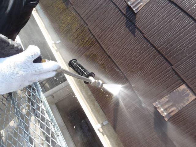 屋根の汚れやコケを高圧洗浄で落とします。