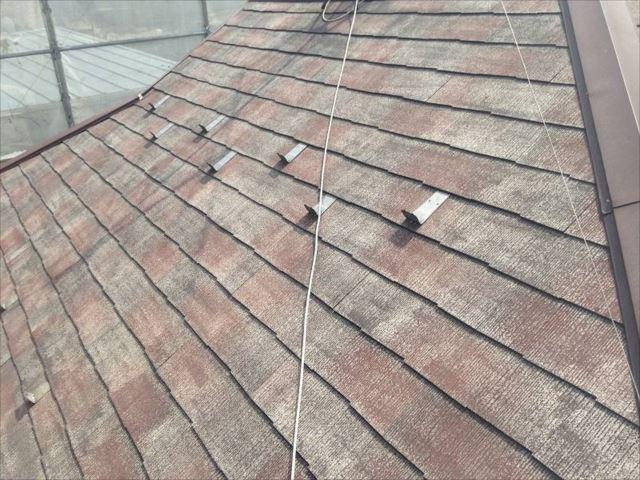屋根にびっしりこびりついていた汚れやコケを高圧洗浄で綺麗に洗い流しました。