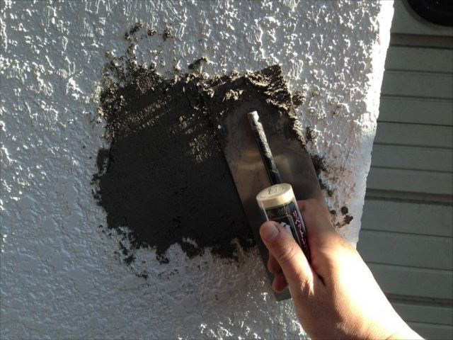 塗装前に外壁や擁壁の下地処理を行います。剥離した部分にはカチオンシーラーで補修を行いました。