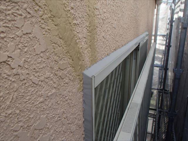 急遽シール屋さんを手配し、すべての窓まわりのシール補修を行いました。
