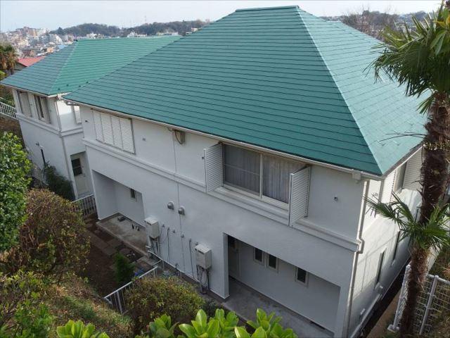 施工後の外観です。鮮やかなフォレストグリーンの屋根と真っ白な外壁が見事です。