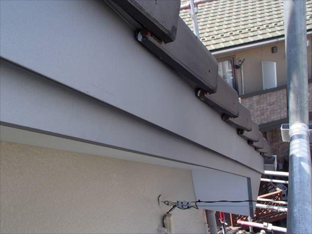 破風板にはカラー鋼板を巻く工法を採りました。