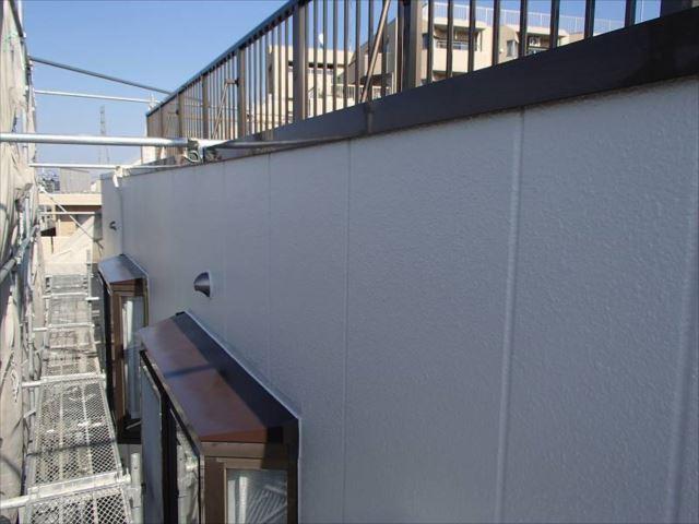 白い外壁と茶色い出窓屋根が良く合います。
