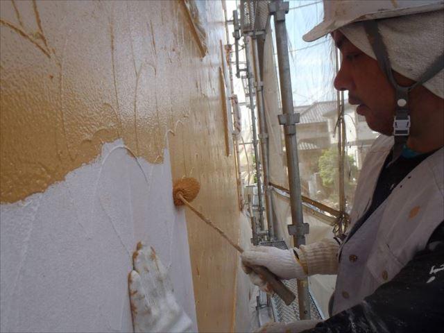 中塗り・上塗りには油性塗料の「クリーンマイルドシリコン」を使用しています。