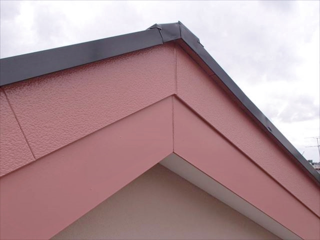 施工後の破風板。可愛らしいピンクになりました。