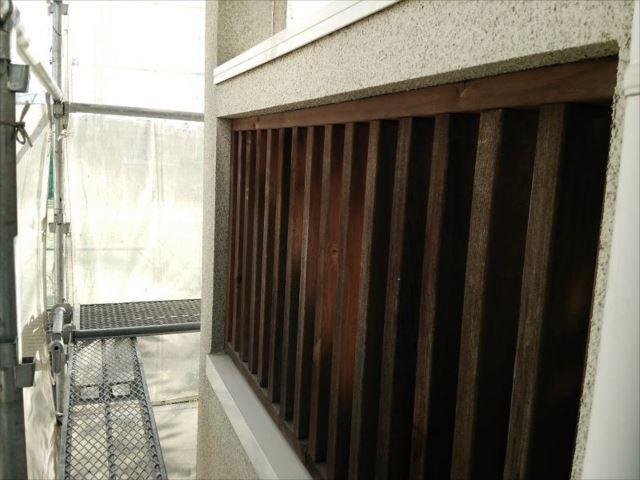 バルコニーの目隠しフェンスは天然木です。