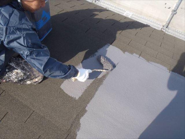 屋根塗装の下塗りです。シングル屋根用の「シングルサーフ」という下塗り剤を使用しています。