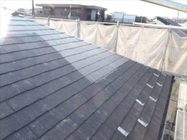 屋根の中塗り中。「セピアブラウン」という色で塗っています。
