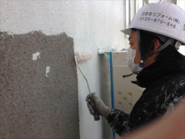 外壁の下塗りは微弾性フィラーを使用しています。