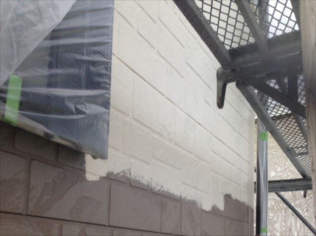 外壁は下塗りの後に「水性セラミシリコン」で中塗り・上塗りを行いました。