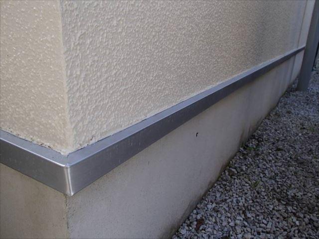 基礎水切りは既存と同じシルバーで塗装しました。