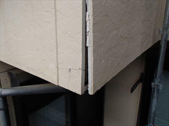 パックリと開いてしまった外壁の出隅部分。ここから雨が入り込み、バルコニーの裏側は腐朽していました。