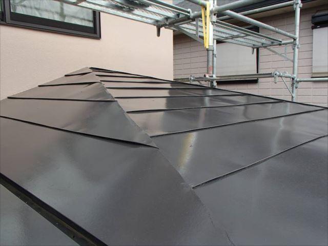 玄関屋根はトタン製です。こちらも遮熱塗料で塗装しました。