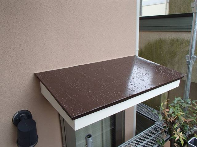 庇や出窓屋根などは焦げ茶で統一しました。