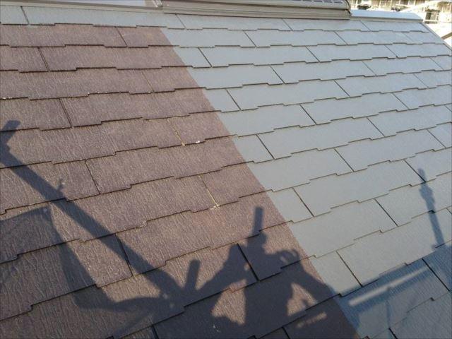 屋根の中塗り中です。右側が中塗りした部分です。
