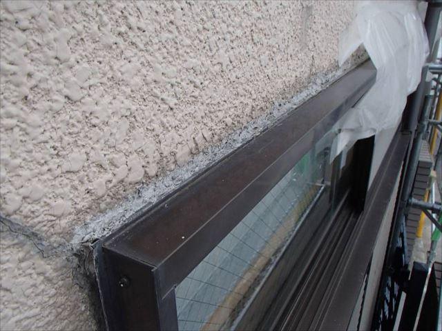 雨漏り箇所の外壁。お施主様自身で窓枠周りにコーキング処理された痕があります。