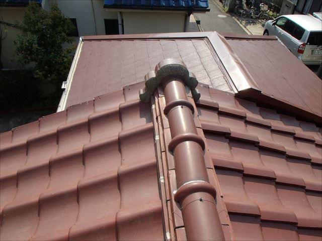 施工前の瓦屋根。前方のスレート屋根は10年ほど前に増築した部分です。