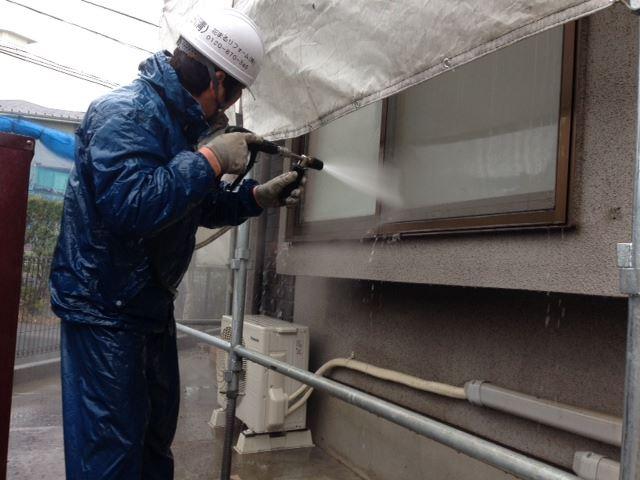 まずは高圧洗浄で外壁の汚れを綺麗に洗い流します。