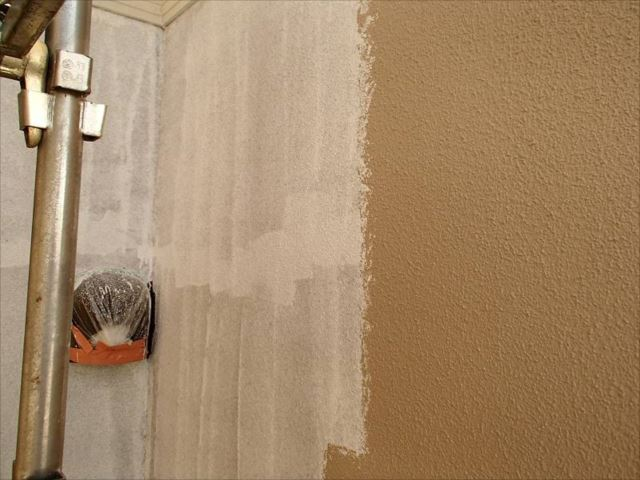 外壁の中塗り中です。右側が中塗りした部分です。