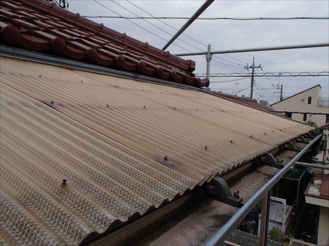 交換前の波板屋根です。