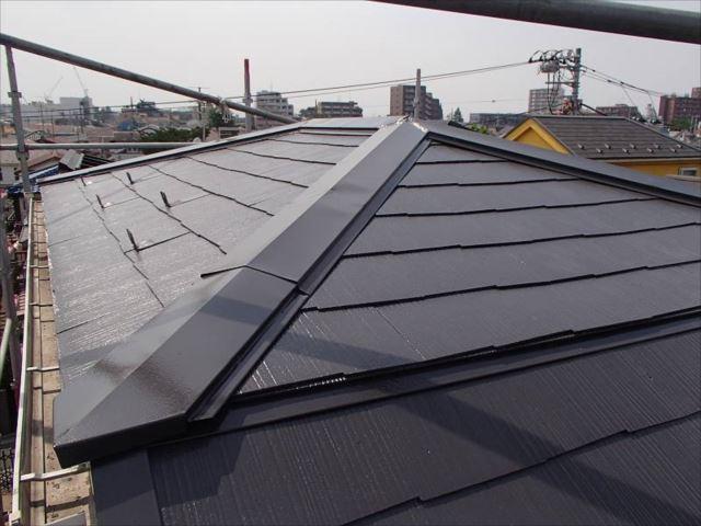 雨漏りの原因となっていたトップライト(天窓)を撤去してカラー鋼板で屋根を葺き替え。この頂部は勾配が緩いためスレート屋根は向いていませんでした。