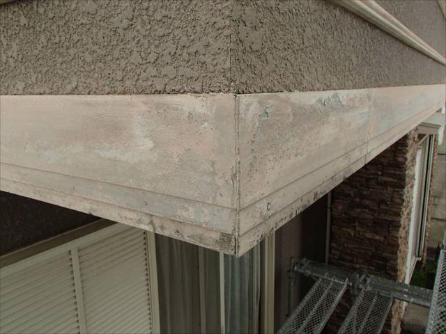 T様のお悩みがこの帯板の劣化。「幕板」とも呼ばれますが主にケイ酸カルシウム板に表面処理を行ったものが多いようです。経年劣化により表面が剥がれてボロボロになっています。