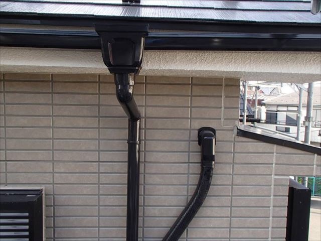 雨樋やエアコン配管は黒で統一しました。