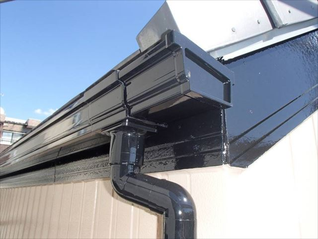 雨樋や破風板は黒で統一しました。