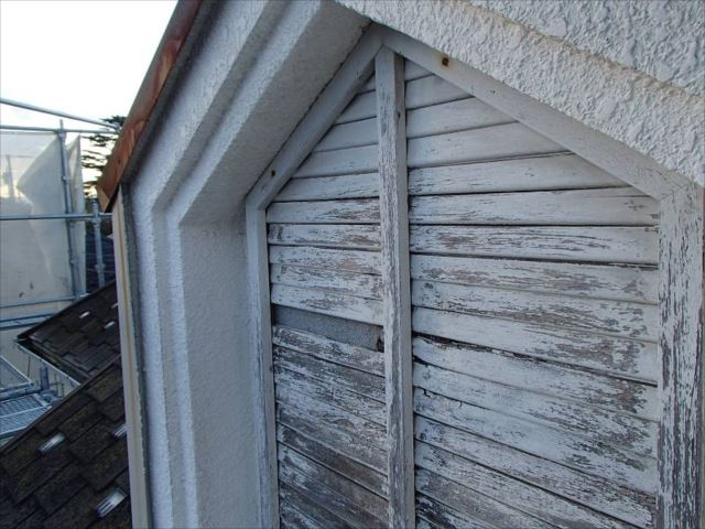 屋根上のグルニエには飾り窓が付いています。腐朽により痛々しい状態でした。