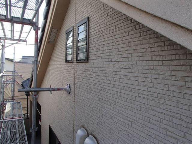 施工前の外壁です。全体的に色が抜けて白っぽくなっています。