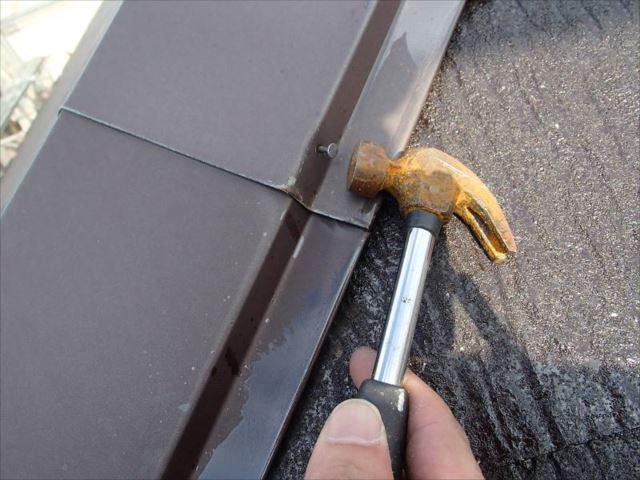 屋根の棟板金を留めている釘が飛び出ていました。そのまま放置すると台風などの際に棟板金が吹き飛ばされてしまう恐れがあります。しっかり打ち付けておきました。