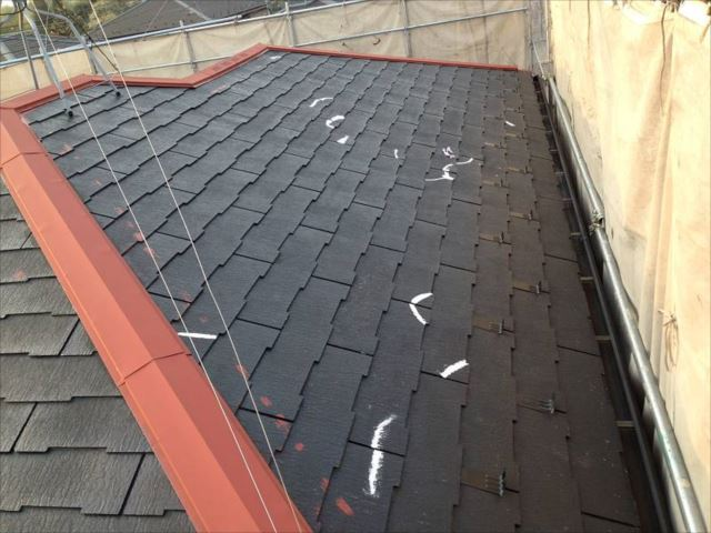 屋根の下塗りとヒビ割れ箇所の補修を行いました。赤い部分は鉄部塗装の錆止めです。