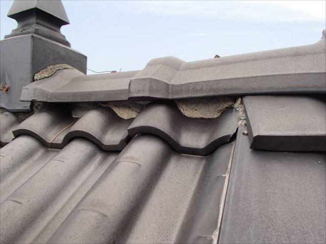 瓦屋根の漆喰がかなり剥落しています。