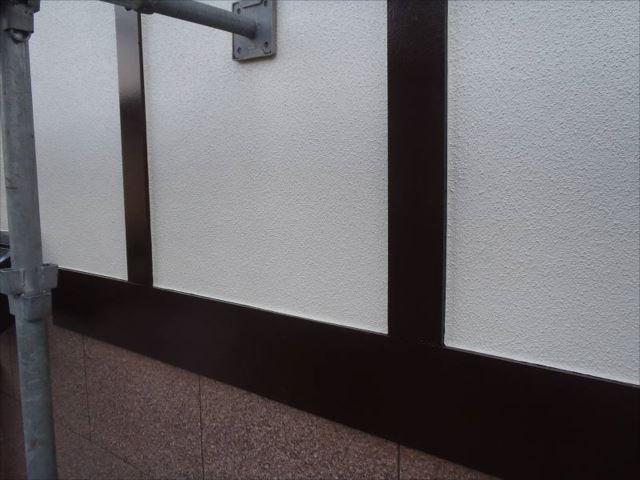 白い外壁にコゲ茶の装飾枠がとても良く合います。