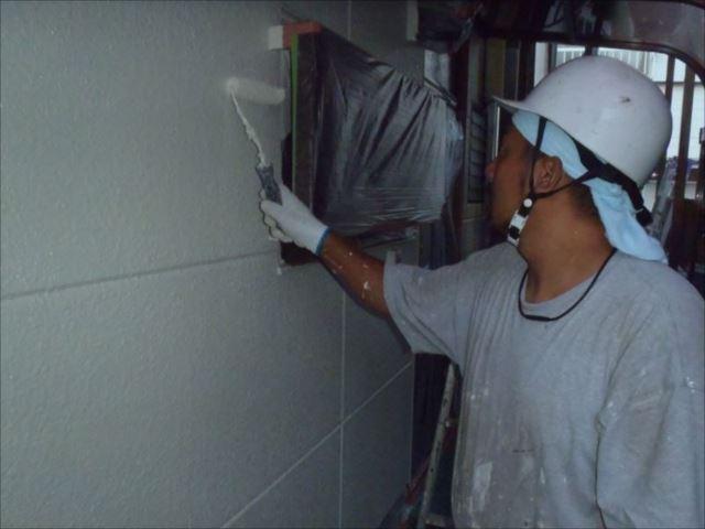 中塗り・上塗りには日本ペイントの「パーフェクトトップ」を使用しています。