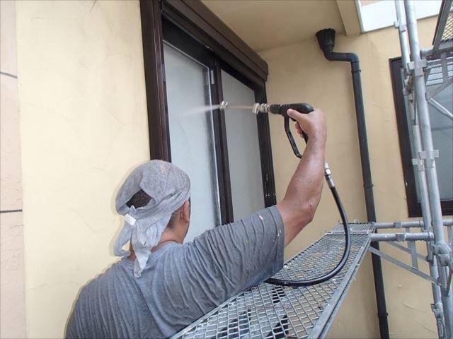 まずは高圧洗浄で外壁に付着したコケや汚れを綺麗に洗い流します。